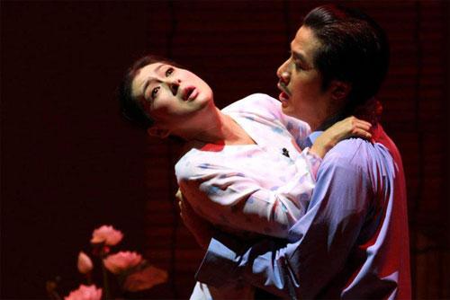 Nghệ sĩ Thanh Thủy trong một cảnh của vở diễn Hãy khóc đi em. (Ảnh do nghệ sĩ cung cấp)