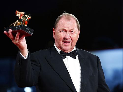 Đạo diễn người Thụy Điển Roy Andersson nhận giải Sư tử vàng cho phim hay nhất tại LHP Venice lần thứ 71. Nguồn: Reuters