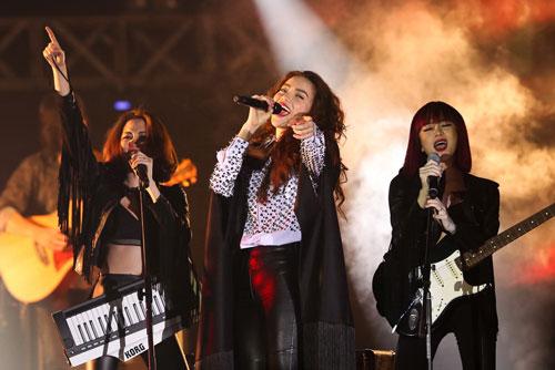 Ca sĩ Hồ Ngọc Hà trình diễn trong live show kỷ niệm 10 năm ca hát của mình được đánh giá có chất lượng nghệ thuật cao Ảnh: KHÔI NGUYÊN