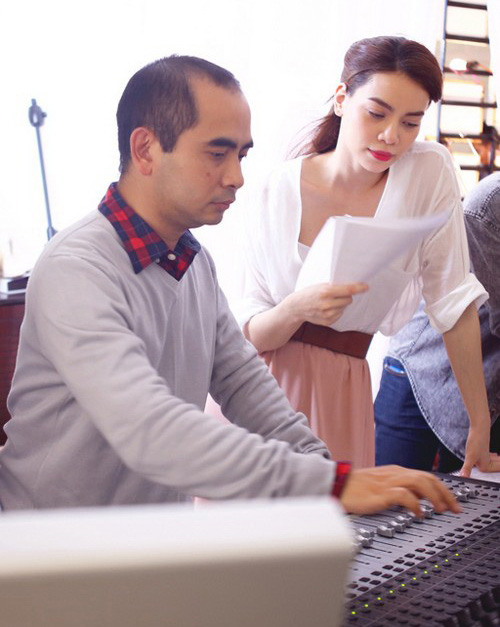 Nhạc sĩ Đức Trí và ca sĩ Hồ Ngọc Hà trong một buổi thu âm