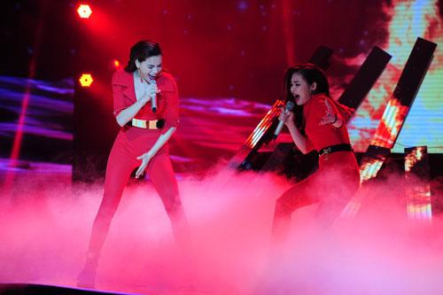 Giang Hồng Ngọc trình diễn với ca sĩ Hồ Ngọc Hà trong đêm chung kết Ảnh: LÝ VÕ PHÚ HƯNG