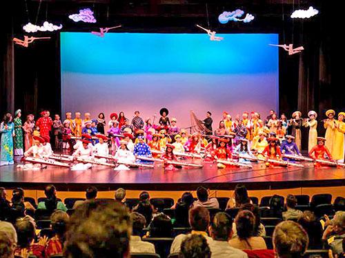 Chương trình biểu diễn âm nhạc dân tộc của Đoàn Văn nghệ dân tộc Hướng Việt và các nghệ sĩ đàn tranh các nước tại Mỹ. (Ảnh do nghệ sĩ cung cấp)