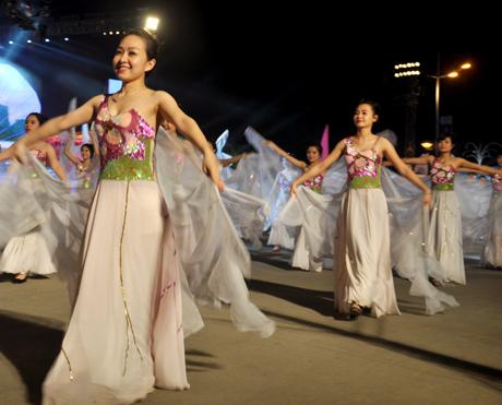 """Carnaval Hạ Long """"nóng"""" vì chân dài"""
