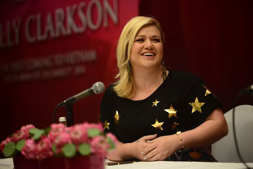 Kelly Clarkson tại buổi họp báo sáng 2-12 Ảnh: QUANG ĐỊNH