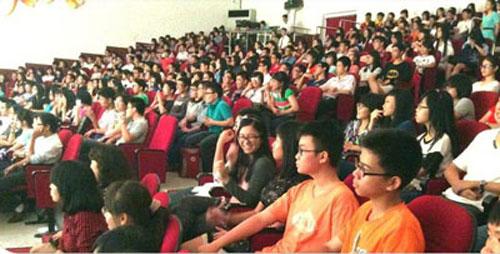 Học sinh Trường THPT Nguyễn Thượng Hiền xem kịch tại sân khấu Hoàng Thái Thanh