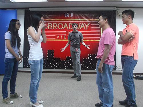 Nghệ sĩ Jonathan Hadley hướng dẫn ca sĩ Đức Tuấn (phải) và các sinh viên những kỹ năng diễn nhạc kịch cơ bản