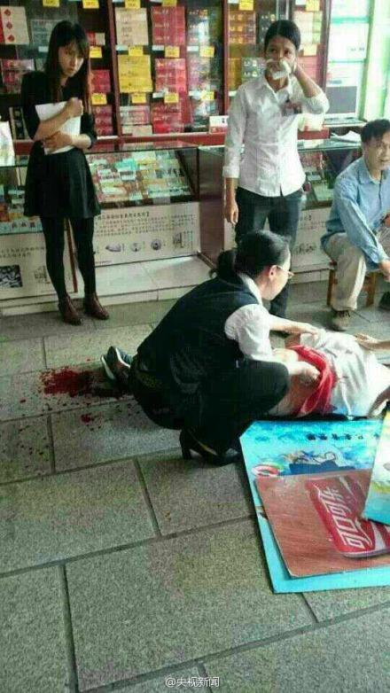 Hình ảnh được cho là chụp lại hiện trường vụ một thanh niên dùng dao tấn công 9 người ở Nam Ninh hôm 27-11. Nguồn: tài khoản Weibo của CCTV News