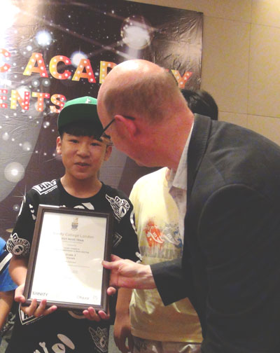 Trần Ngọc Duy, thí sinh Giọng hát Việt nhí mùa đầu, một trong 120 học viên của Trường nhạc Soul Music Academy được trao chứng chỉ Trinity College London