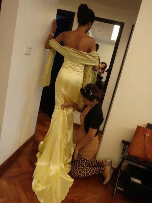 Chiếc đầm dạ hội này biến mất khiến Valerie, người đẹp Cameroon, bị loại khỏi VCK Miss World 2013 Ảnh: THE INQUISITR