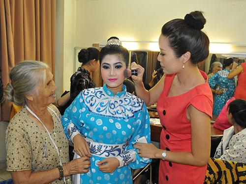 Nghệ sĩ Hồng Sáp và Trịnh Kim Chi chuẩn bị trang phục cho diễn viên trẻ ở hậu trường đêm diễn