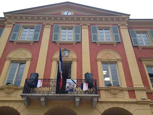 Tòa Thị chính xã St-Martin de Vésubie ở Pháp, quê hương của ông Hervé Gourdel, treo cờ rủ và ảnh nạn nhân hôm 24-9 Ảnh: LE MONDE