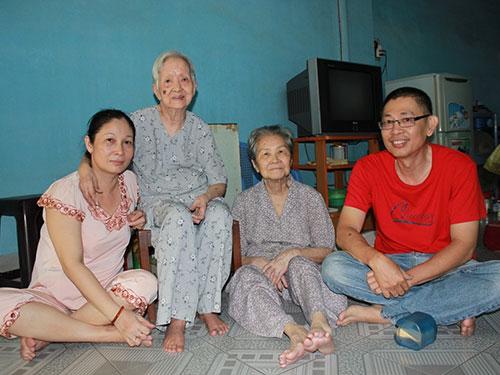 Vợ chồng chị Mai Cẩm Nguyệt - anh Đinh Hạ Hùng thăm hỏi 2 cụ hàng xóm