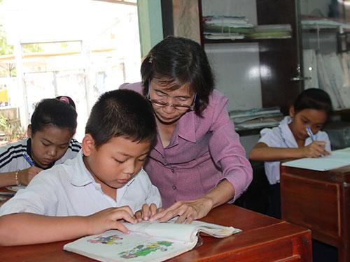 Cô Huỳnh Thị Tươi miệt mài dạy chữ cho học trò nghèo