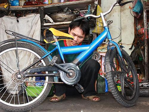 Anh Lê Văn Thái cặm cụi ráp xe đạp làm quà tặng học sinh khó khăn