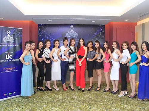Hoa hậu Thùy Dung (giữa) và các thí sinh  Ảnh: BHD