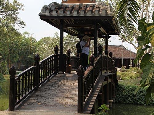 Du khách nước ngoài thăm khuôn viên bảo tàng