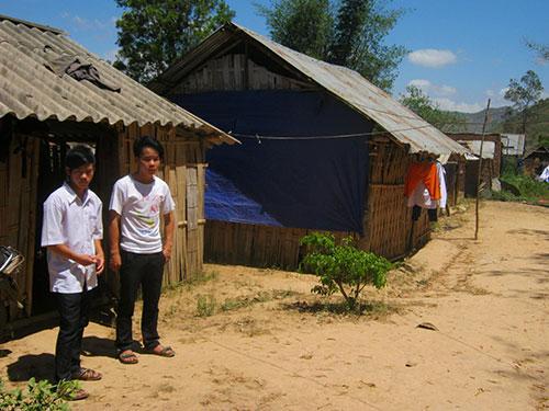 Trên mảnh đất của bà Trần Thị Bằng ở trung tâm xã Cư Đrăm, huyện Krông Bông, tỉnh Đắk Lắk, có 6 căn chòi tạm là nơi ăn chốn ở của hơn 20 học sinh               Ảnh: CAO NGUYÊN