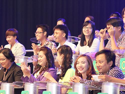Khán giả tham gia trò chơi trong buổi ra mắt Ảnh: Latsata