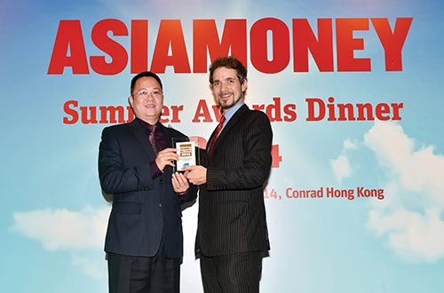 Đại diện MB, ông Lê Hải - Phó Tổng Giám đốc - nhận chứng nhận đoạt giải từ ông Richard Morrow - Tổng Biên tập tạp chí Asiamoney