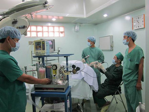 Vi phẫu thuật thanh quản qua nội soi tại Bệnh viện Đa khoa Vạn Hạnh. (Ảnh do bệnh viện cung cấp)