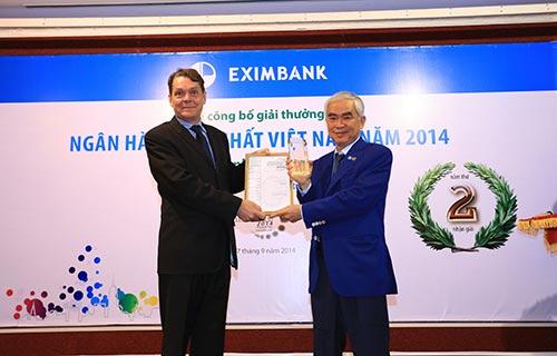"""Ông Lê Hùng Dũng, Chủ tịch HĐQT Eximbank (phải), đón nhận giải thưởng """"Ngân hàng tốt nhất Việt Nam 2014"""" do Tạp chí Euromoney trao tặng Ảnh: Ái Khanh"""