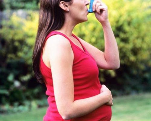 Thai phụ nên dùng thuốc ở dạng hít vì ít tác dụng phụ ở mẹ và thai nhi Ảnh: DIYHealth.com