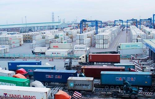 Hàng hóa chờ thông quan tại cảng Ảnh: Hoàng Triều