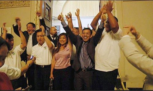 Ông David Dương cùng cộng sự hạnh phúc với chiến thắng ngoạn mục gói thầu 2,7 tỉ USD Ảnh: CWS