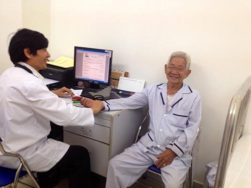 Trị liệu tâm lý cho người bệnh Alzheimer ở Bệnh viện Vạn Hạnh Ảnh: V.H