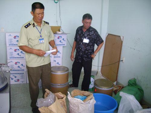 Chi cục QLTT TP HCM kiểm tra một cơ sở chế biến sữa kém chất lượng trên địa bàn