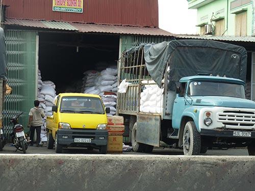 Giá lúa đang giảm nhẹ, nông dân vẫn còn lãi khá cao