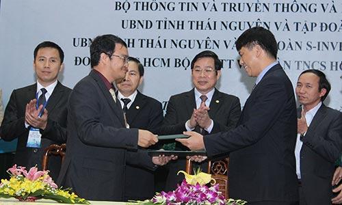 Ông Mai Sean Cang, Tổng Giám đốc Intel Việt Nam (trái), ký biên bản ghi nhớ cùng đại diện Bộ Thông tin và Truyền thông Việt Nam