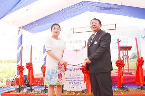 Đại diện Sở khoa học công nghệ Đồng Nai trao giấy phép đầu tư cho Công ty DFB Hanco Việt Nam