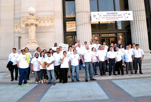 Đông đảo người dân Việt, Hoa, Mexico ủng hộ Công ty CWS trước Tòa nhà Hội đồng TP Oakland Ảnh: CWS