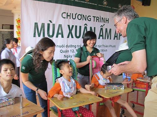 Các tình nguyện viên của VBL thăm và tặng quà cho trẻ em tại Trung tâm Bảo trợ Trẻ em Thiên Phước TP HCM