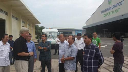 Đoàn công tác Campuchia đến thăm và làm việc với Công ty TNHH Xử lý chất thải rắn Việt Nam Ảnh: MAI KHANH