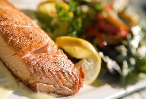 Khẩu phần ăn nhiều chất đạm, đặc biệt từ cá, kéo giảm nguy cơ đột quỵ Ảnh: The Epoch Times