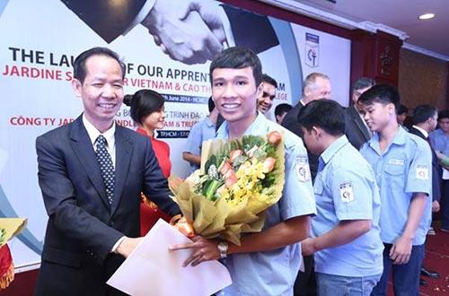 Tiến sĩ Đào Khánh Dư, Hiệu trưởng Trường CĐ Kỹ thuật Cao Thắng,trao các hợp đồng đào tạo cho sinh viên khóa 1 chương trình đào tạo liên kết