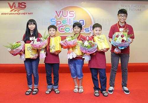 các em học sinh nhận giải thưởng vòng chung kết của cuộc thi