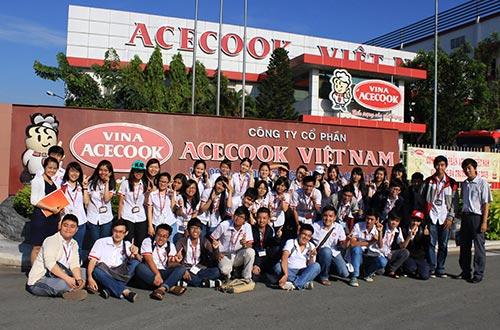 Sinh viên Trường Đại học Ngoại thương tham quan nhà máy sản xuất mì ăn liền Vina Acecook