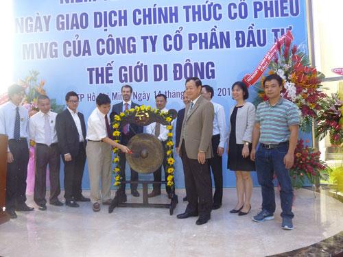 Ông Nguyễn Đức Tài, Chủ tịch HĐQT kiêm CEO Công ty CP Đầu tư Thế Giới Di Động, đánh cồng mở phiên giao dịch đầu tiên