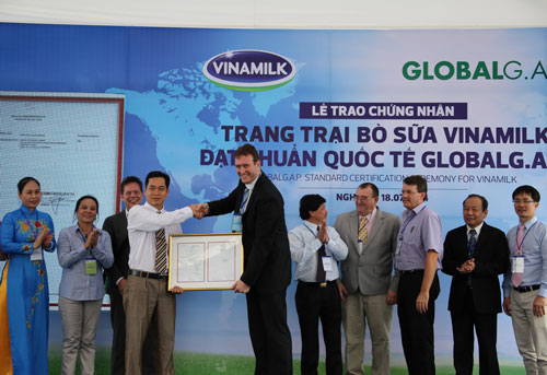 Ông Richard De Boer, đại diện Tổ chức Chứng nhận Global G.A.P. ConTrolUnion (Hà Lan), trao giấy chứng nhận đạt chuẩn quốc tế thực hành nông nghiệp tốt toàn cầu Global G.A.P. cho trang trại của Vinamilk