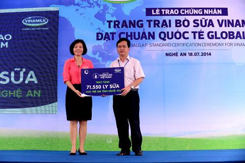 Bà Bùi Thị Hương, Giám đốc Đối ngoại Vinamilk trao tặng 71.550 ly sữa của Quỹ sữa vươn cao Việt Nam cho trẻ em Nghệ An