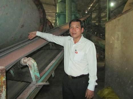 Ông Đỗ Văn Hùng, Tổng Giám đốc Công ty CP Phân bón Việt Mỹ, bên dây chuyền sản xuất phân bón  tự động Ảnh: Gia Hữu