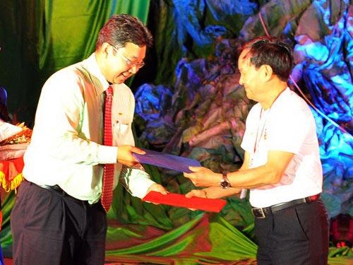 Ông Chalermsak Pimolsri, Giám đốc marketing Công ty 4 Oranges, trao thỏa thuận ghi nhớ cho KTS Nguyễn Tấn Vạn, Chủ tịch Hội Kiến trúc sư Việt Nam