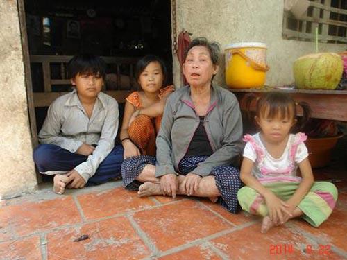 Em Châu Pha (bên trái) cùng bà ngoại và hai đứa em