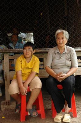 Bà ngoại và cháu Chương