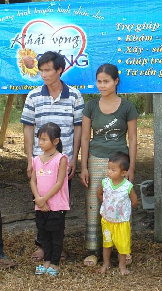 Gia đình chị Hường và anh Mót
