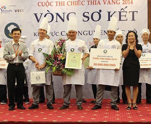 Ông Lý Huy Sáng, Phó Tổng Giám đốc Công ty Minh Long I, trao giải nhất cho đội Swiss-bel Hotel Lào Cai