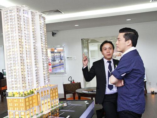 Ca sĩ Lam Trường xem mô hình dự án Lucky Palace
